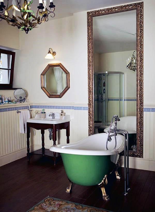 Над умывальником повесили оригинальное зеркало восьмиугольной формы и небольшое бра с матовым стеклянным плафоном