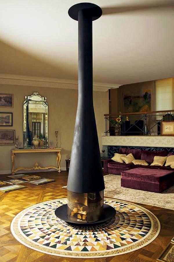 Дополняет оформление гостиной изящная консоль в позолоте и уникальное зеркало с ажурной гравировкой