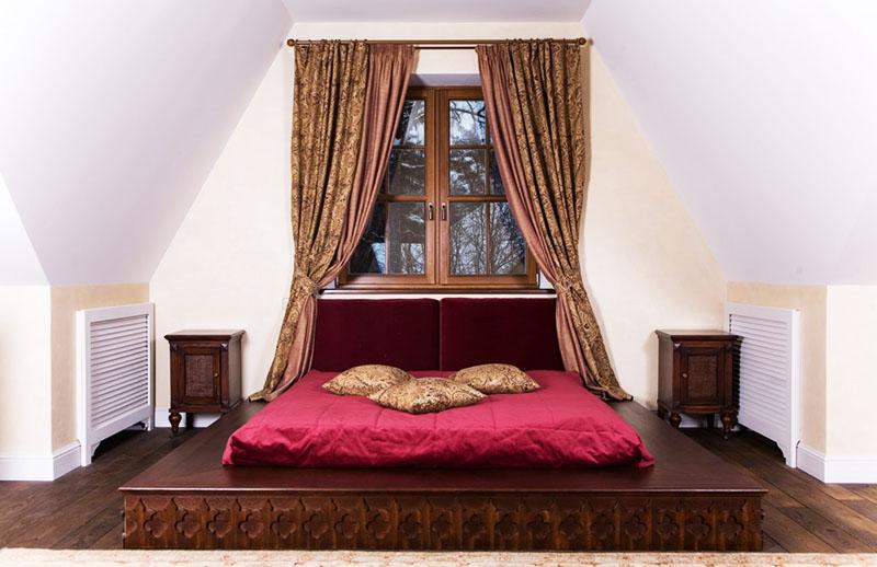 Дополняют оформление спальни оригинальные тумбочки с перфорированными дверцами и роскошный комплект штор