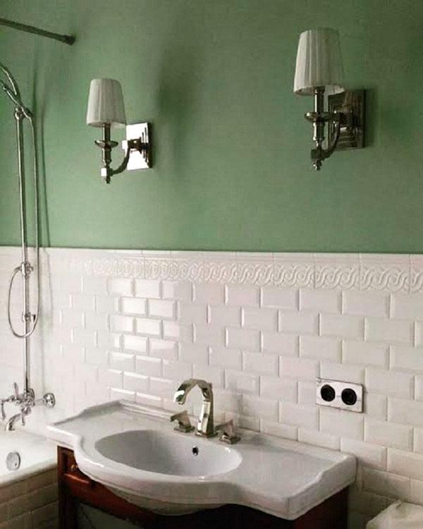 На фоне зелёной стены эффектно смотрятся бра с тканевыми плафонами