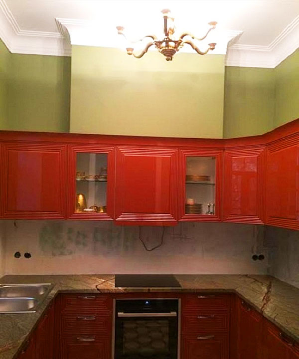 Освещает кухню классическая шестирожковая люстра со стеклянными плафонами в виде цветков