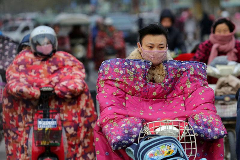 Китайцы вообще мастера на выдумки, например – как вам такие специальные комбинезоны для скутеров?