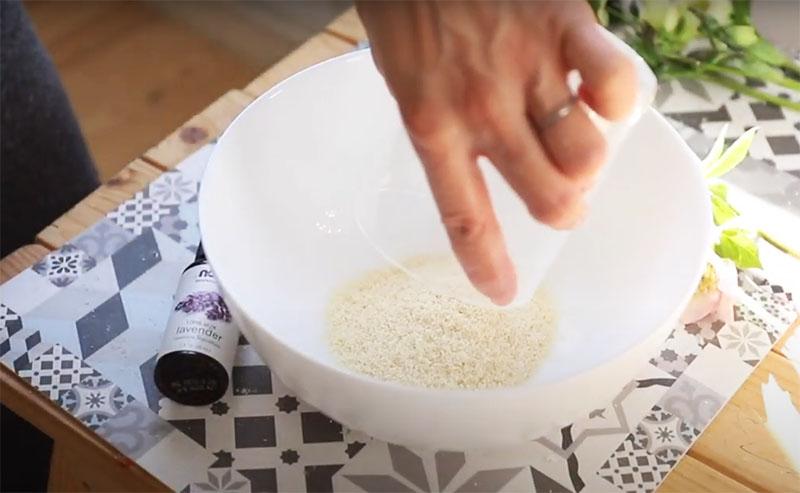 Сначала смешайте сухую соду, соль и тёртое мыло