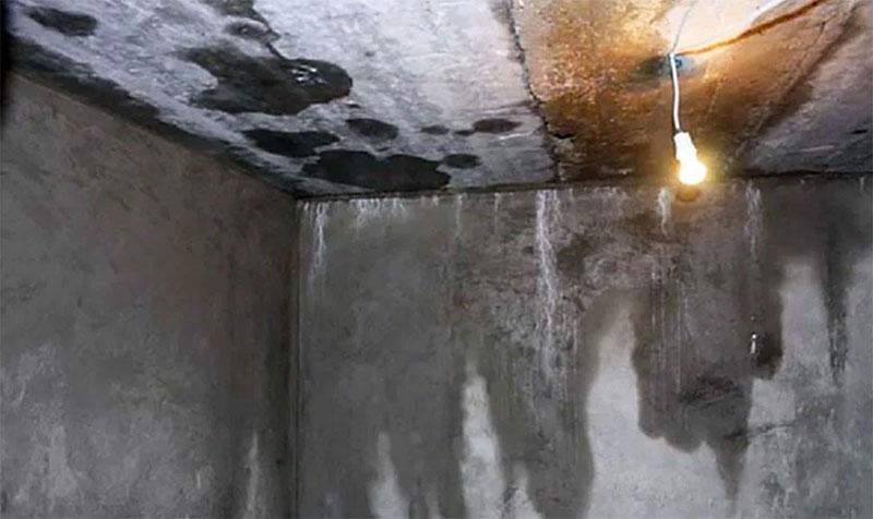 Исправить такую ситуацию практически невозможно, разве что прямо в погребе возводить новые внутренние стенки, на этот раз ‒ с тщательной гидроизоляцией, оставляя на произвол судьбы и подземных вод изначальную конструкцию