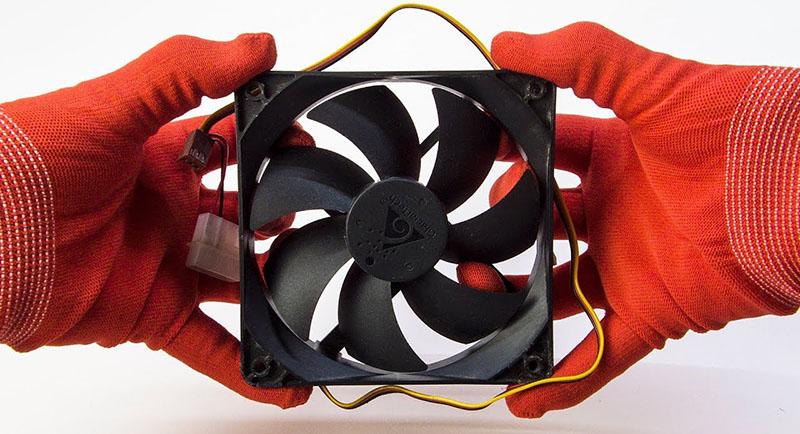 Многие умельцы используют для этого вентиляторы от компьютерного блока питания. Они потребляют минимальное количество энергии, а мощности для этой цели ‒ более чем достаточно