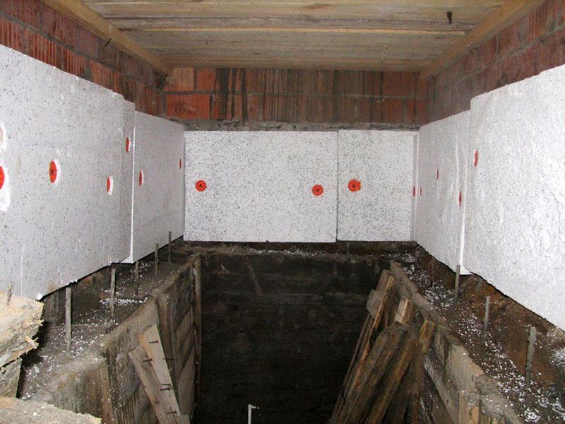 Утепление стен в таком случае не особенно поможет в избавлении от конденсата, но зато сделает ваш погреб прохладным в летнее время, а это тоже важно