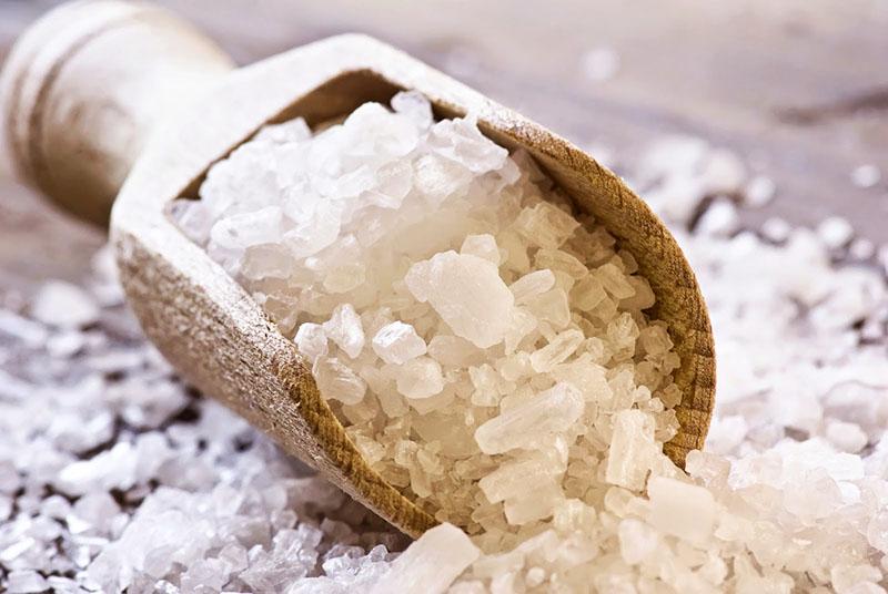 Через некоторое время банки можно достать, просушить соль на солнце или в печи и снова использовать её в подвале
