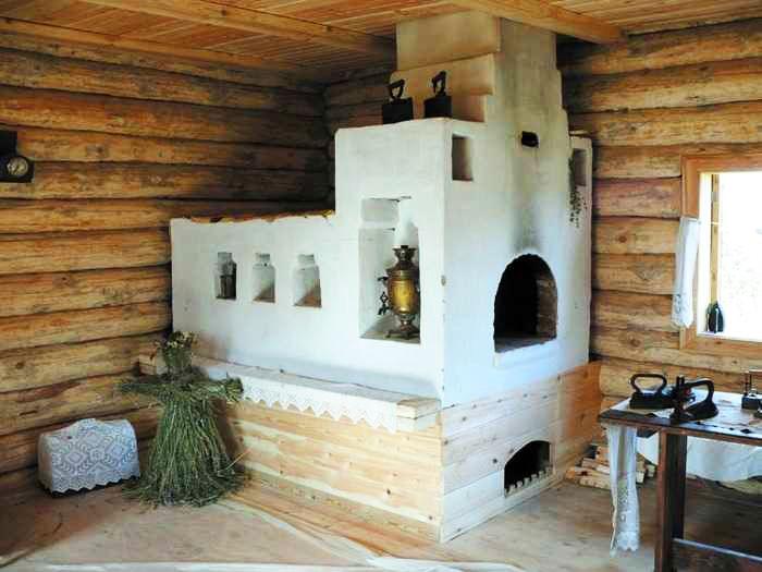 Русская печь в деревенском доме