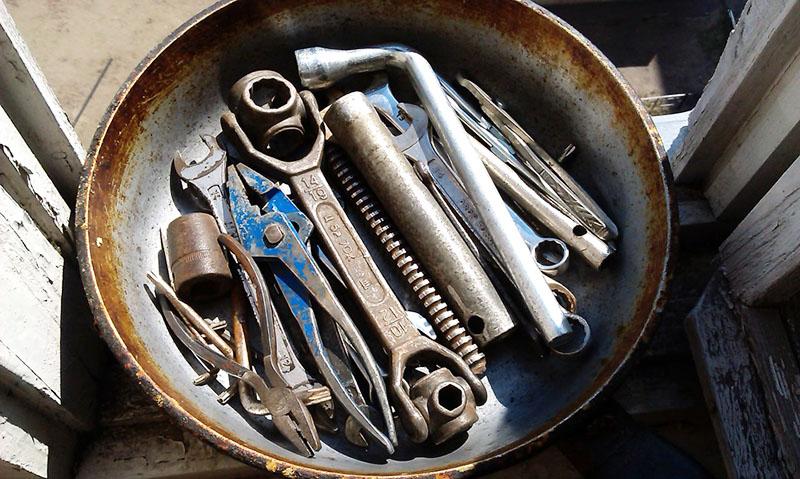 После такой обработки тщательно протрите инструмент и обязательно смажьте, чтобы ржавчина снова не нашла к нему дорогу. Если есть такая необходимость – можно и покрасить для надёжной защиты