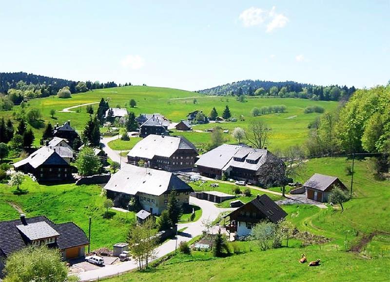 Рядом с деревенькой расположена популярная туристическая тропа с необыкновенным ландшафтом, местами для отдыха и панорамными смотровыми площадками