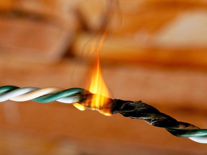 Но как бы это ни было накладно ‒искать место повреждения нужно срочно, иначе сами понимаете, что неисправная проводка – это прямой путь к пожару