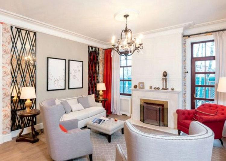 В гостиной установили роскошный набор мебели из белоснежного дивана, высоких кресел в английском стиле и элегантного невысокого кресла с алой обивкой