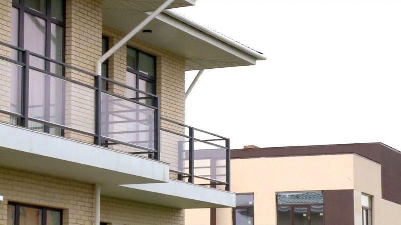 Просторные балконы на втором этаже ограждены высокопрочным стеклом, установленным между металлическими стойками