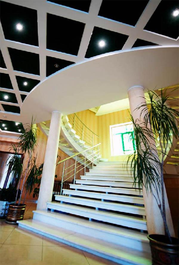 Парадную лестницу украшают монолитные белоснежные колонны