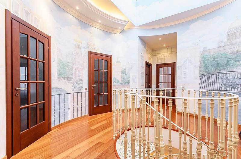 На второй этаж апартаментов ведёт роскошная винтовая лестница с ограждением, украшенным ажурной резьбой