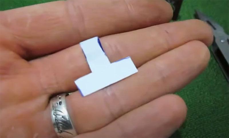 Жестяной оболочке от батарейки нужно придать Т-образную форму