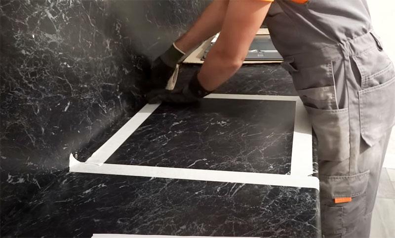 На бумажном скотче проще делать отметки, по которым столешница будет разрезана