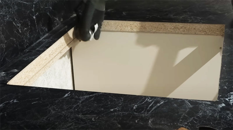 Обработка внутренней кромки наждачной бумагой