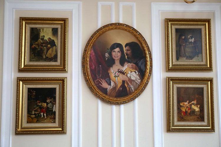 По центру галереи расположен портрет с изображением отца актрисы и его супруги