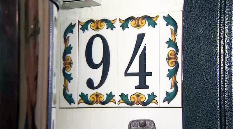 Уникальный дизайн квартиры начинается от входной двери, а точнее, с номера – это керамика, выполненная вручную испанским мастером