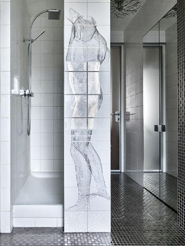Освещает пространство ванной комнаты дизайнерская люстра в виде веточек, украшенных светодиодами