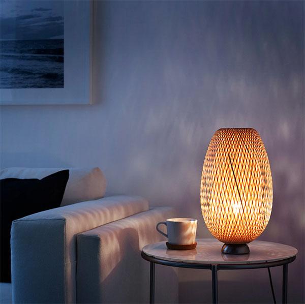 Узор на абажуре создаёт особенную игру света и тени на стенах