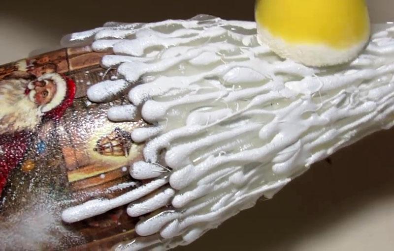 Термоклей при помощи спонжика окрашиваем в белый цвет. Места, которые не прокрасились при помощи поролонового тампона, обрабатываем кисточкой