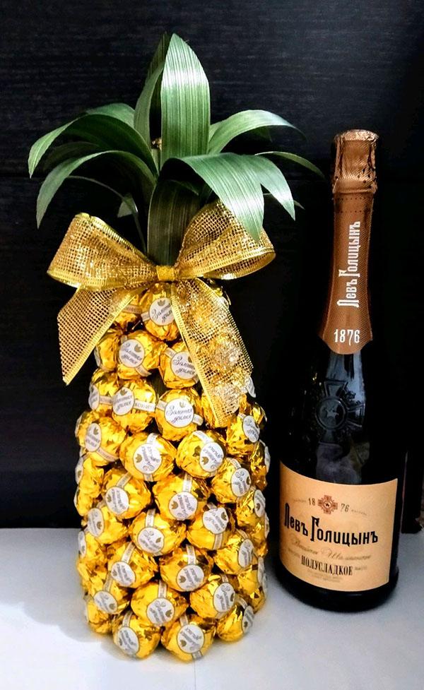 Бутылка шампанского в форме ананаса станет настоящим украшением праздничного стола