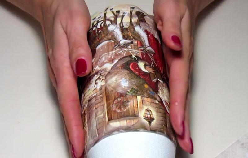 Наносим на окрашенную бутылку с шампанским клей ПВА. На полученную клейкую основу аккуратно прикладываем подготовленную салфетку