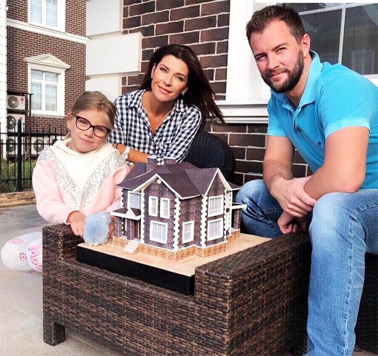 Около каждого дома есть небольшая придомовая территория для отдыха