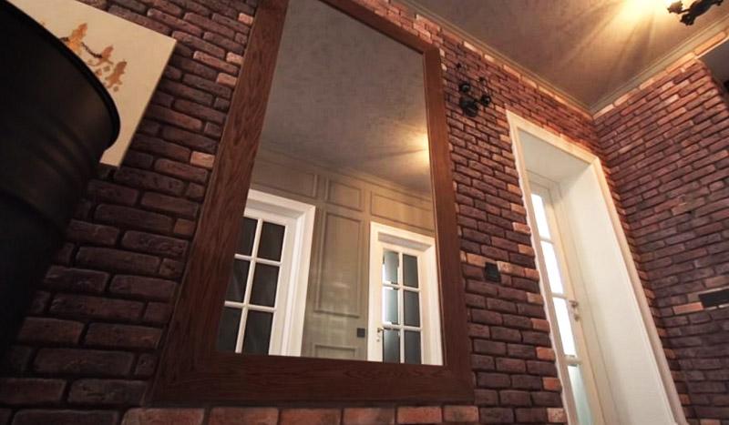 Лаконичное зеркало в деревянной раме идеально вписывается в стильный интерьер коридора