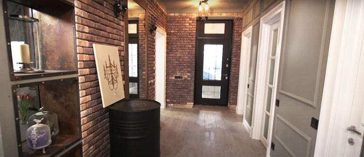 Дополнили оформление коридора настоящая бочка и оригинальная картина с изображением классической люстры