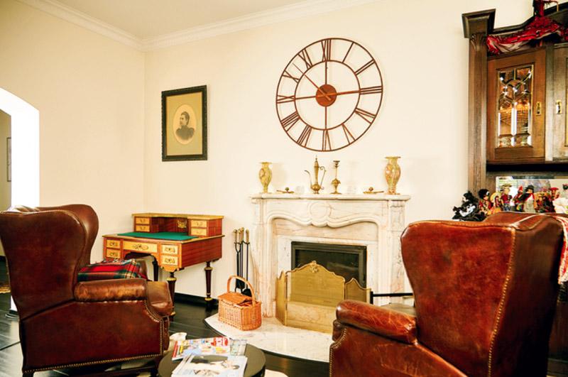 В углу поставили антикварное бюро, изготовленное из карельской берёзы