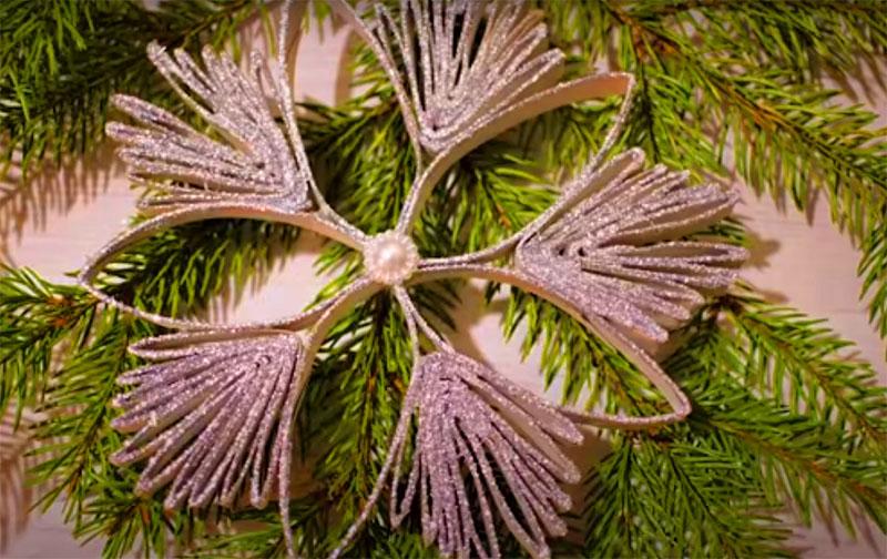 В итоге получится объёмная снежинка, которую можно повесить на ёлку или использовать в гирлянде