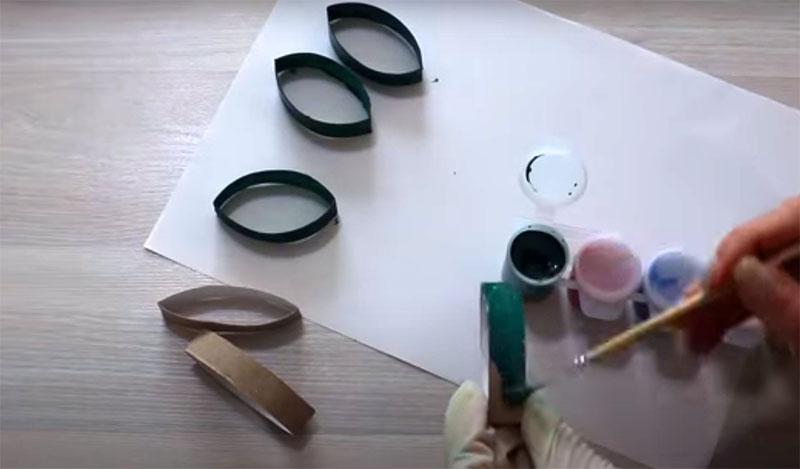 Разрежьте втулки на кольца по сантиметру шириной и покрасьте их какой-нибудь яркой краской