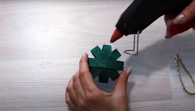 Используя клеевой пистолет, соедините втулки в общую фигуру, как показано на фото