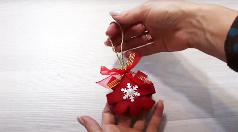 Используйте эту конструкцию из втулок как основу для создания украшения. Добавьте ленты, банты, бусины или картинки по своему вкусу и закрепите петлю для того, чтобы повесить это на ёлку