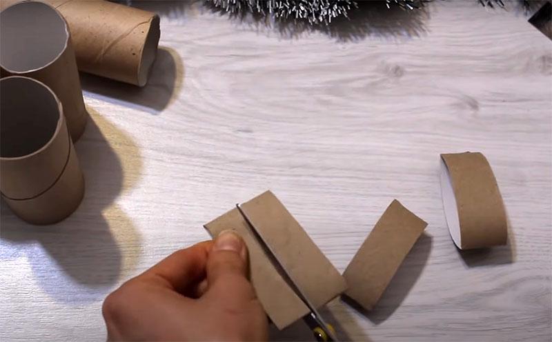 Втулки сложите в плоскость и порежьте на кольца шириной 2 см