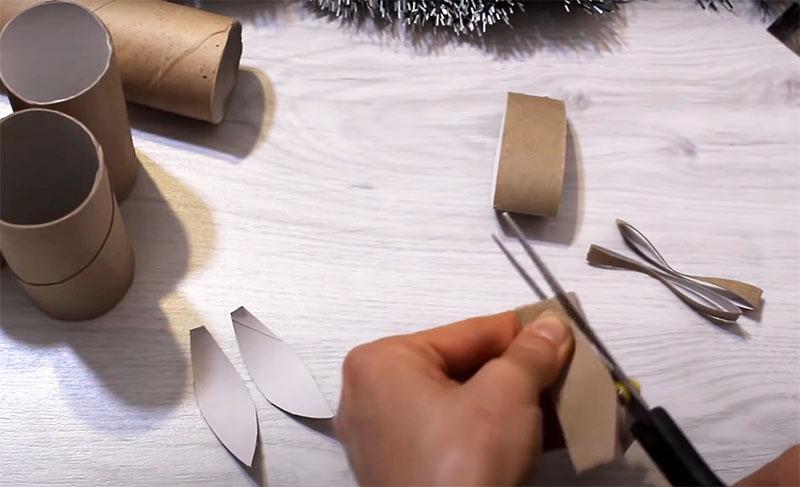 Из каждого кольца вырежьте по два лепестка с одним острым кончиком и вторым – более широким