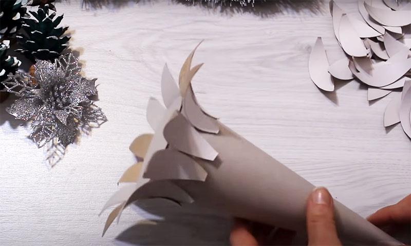 Наклейте лепестки на конус широким кончиком в ряд