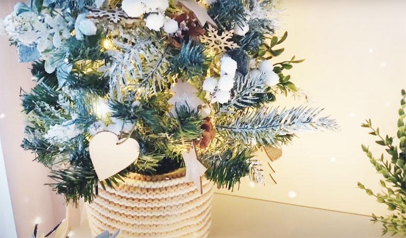 В результате у вас получится очень нежное и нарядное новогоднее деревце, которым совсем даже не стыдно будет украсить новогоднюю сервировку