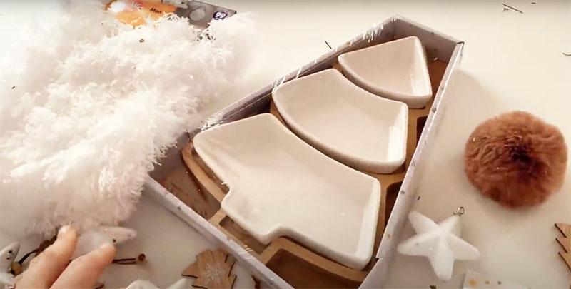 Вам пригодится новогодний набор небольших салатников. Сами салатники вы используете в сервировке, а вот деревянный поддон от них станет основой для вашего рукоделия