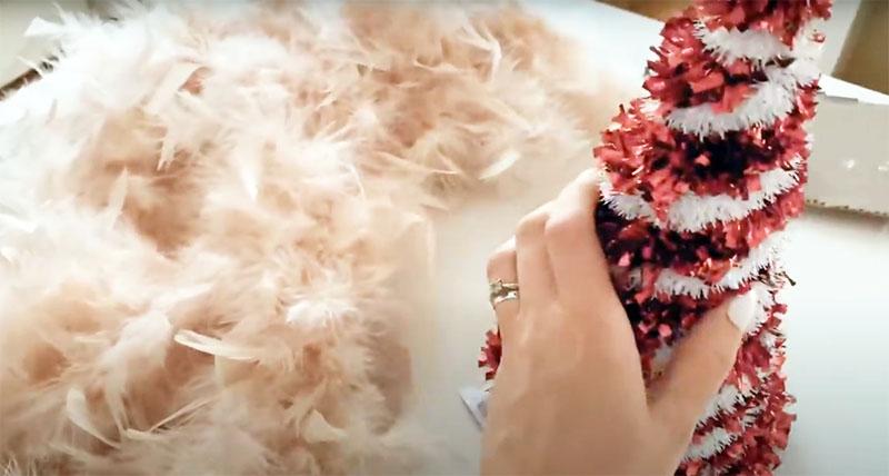 Для гламурного украшения вам потребуются готовые ёлки из «Фикс прайс», которые состоят из конусного каркаса и мишуры, а также боа из перьев и пуха, которое можно найти в том же магазине