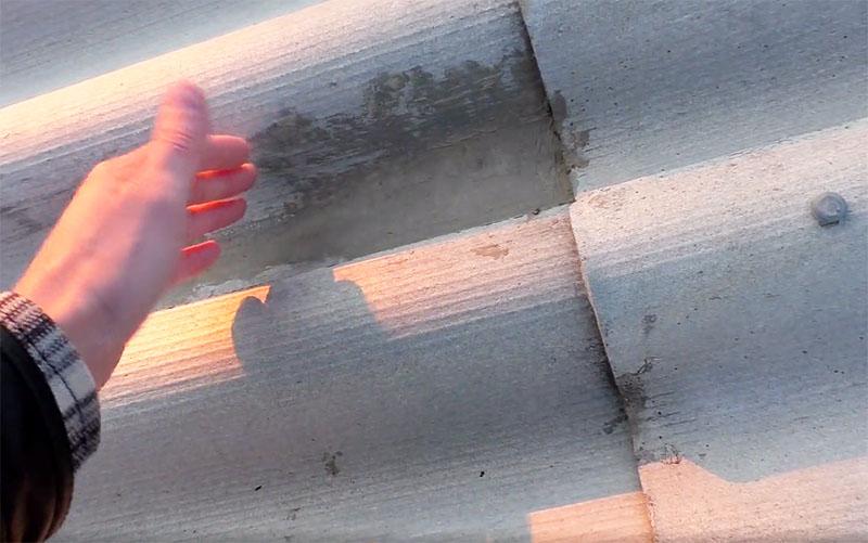 Автор метода утверждает, что его шиферная крыша благополучно «живёт» с таким ремонтом уже пять лет, и ни разу не пропускала воду