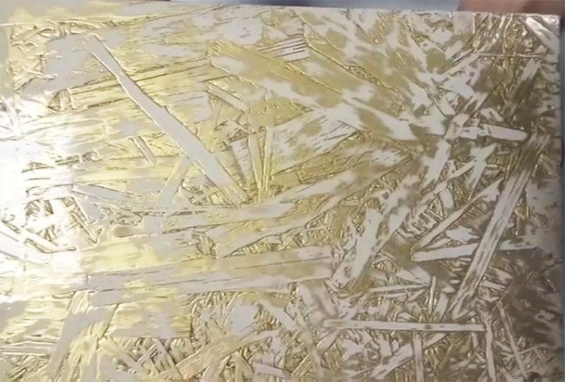 Сначала покройте плиту краской одного тона, а потом, когда она просохнет – сверху пройдитесь жёстким валиком с краской контрастного цвета