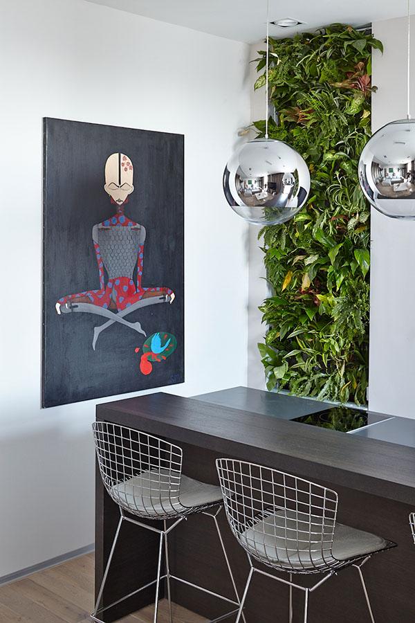 Возле стойки поставили дизайнерские барные стулья из прочной проволоки