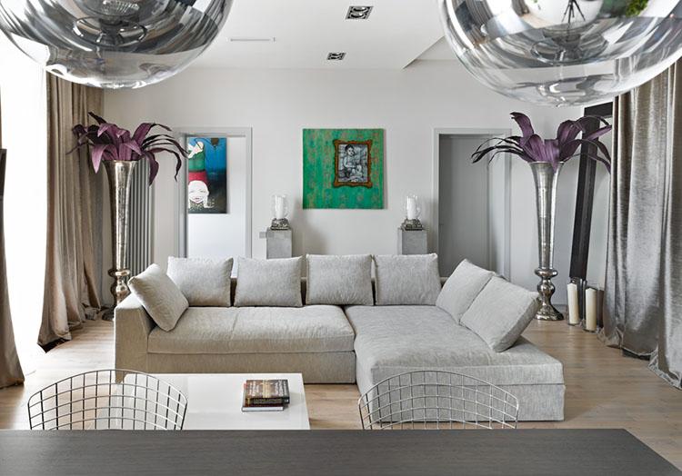 Огромные металлические вазы с живыми цветами визуально увеличивают пространство
