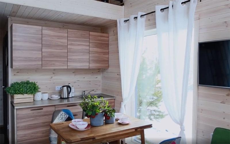 Компактный кухонный гарнитур со столешницей, мойкой и несколькими подвесными шкафчиками – как раз то, что нужно для такой небольшой площади