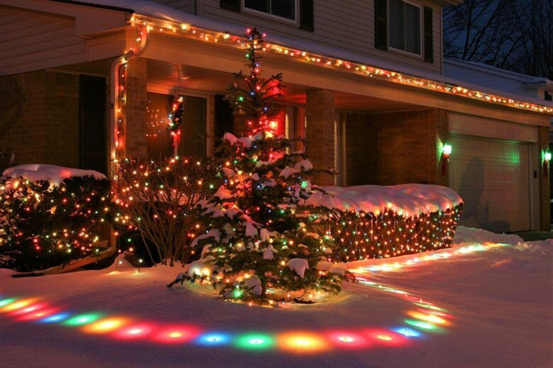 Подсветку можно сделать не только на самом здании, но и на кустах и деревьях вокруг. Можно раскрасить яркими красками снег вокруг, если использовать направленный прожектор