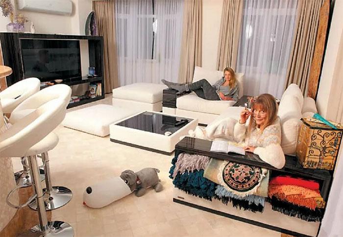 Подлокотники дивана дополнены открытыми полочками с внешней стороны, на которых Елена Проклова хранит красивые пледы в восточном стиле
